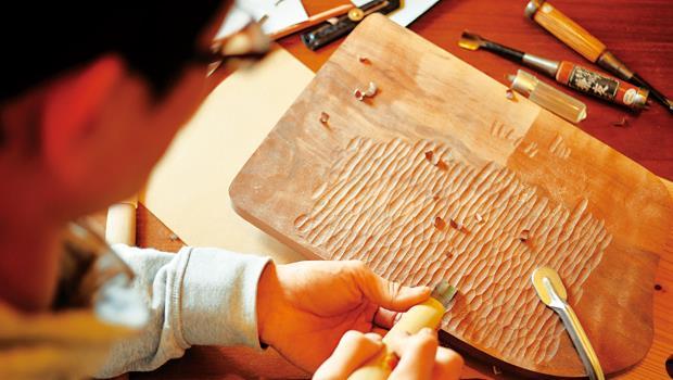 木盤子最費工之處,就是在表面刨刻出質感。