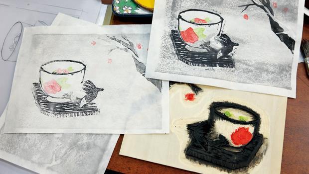 水印木刻屬於凸版畫,刻掉不印的部分,在凸面線條上色,顏料未乾前覆上紙,用馬連擦印。
