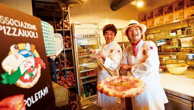 2003年獲拿坡里披薩大賽冠軍的大西誠(左)與2010年奪冠、後任拿坡里披薩日本推廣大使的牧島昭成(右),很有義大利人開朗隨興的特質。