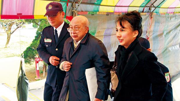 2013年年底,87歲的黃世惠(中)在次女黃悠美(右)陪同下,出面主持股東會。這也是他在三陽工業董事長任內,最後一次公開露面。