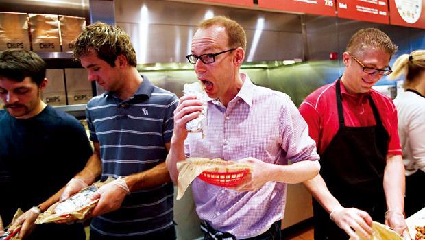 奇波德強力塑造天然食品商的形象,老闆艾爾斯(中)正親自試吃新菜色的口味。