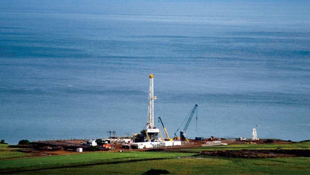 烏干達境內所發現的許多油田都位於天然資源豐富地區,像圖中的勘油塔就蓋在野生動物保護區裡。