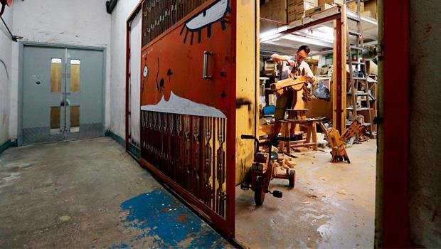 第一代火炭藝術家王天仁的工作室,打開鐵門就可見到琳琅滿目的木材作品。