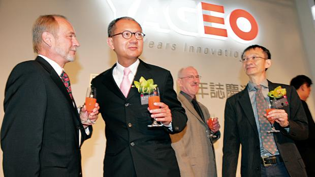 國巨董事長陳泰銘(左2)在資本市場上,向來擅長財務操作。