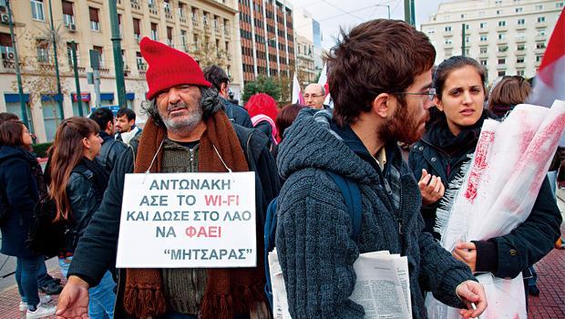 希臘爆發債務危機以來,民眾不滿情緒高漲,走上街頭已是家常便飯。 圖為雅典大學前的抗議活動。