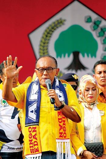 從印尼國會大選頭幾天的投票概況推斷,巴克利(中)頗有黑馬之姿。