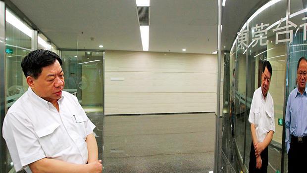 東莞台商協會監事長邱錫錪(左)第一時間就掌握寶成東莞廠罷工情形。本身也是當地台商的他,想到台商下一步該何去何從,一時也沒有答案。