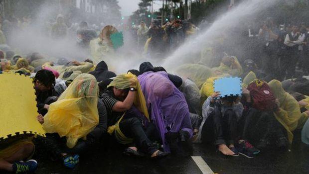 清空忠孝西路 警方噴水驅離反核群眾