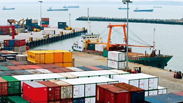 4 月1 日,我們來到金門料羅碼頭,看到保稅區貨櫃堆高3 層,「奇怪,應只有固定開航時間,週四和週日時才會如此啊!」結果發現原來是小三通卡關造成。