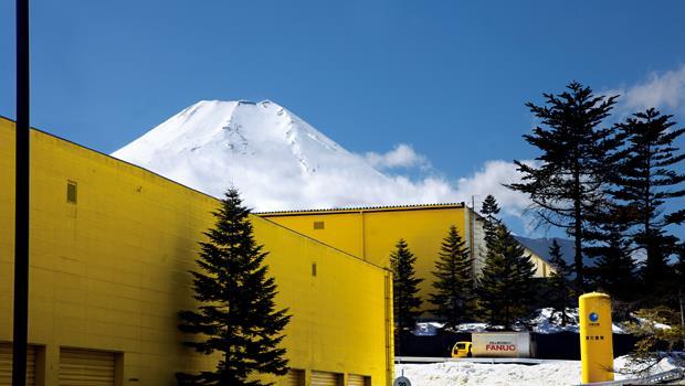 46萬坪森林中,一群隱藏在富士山腳下的黃色建築物,竟藏著左右「第三波工業革命」的神秘帝國。