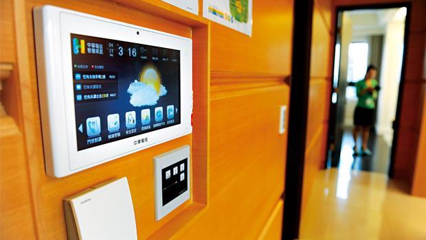 在遠雄智慧社區中,家中一台小小的中控主機,就能掌控溫度、濕度、空氣品質等,還能連結到社區網路,逐步實現數位家庭。