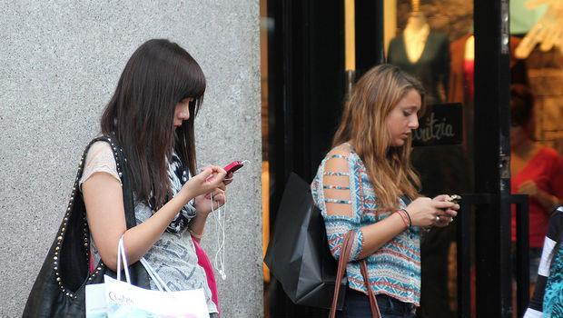 Apple新專利,讓你低頭玩手機又不會撞到人!