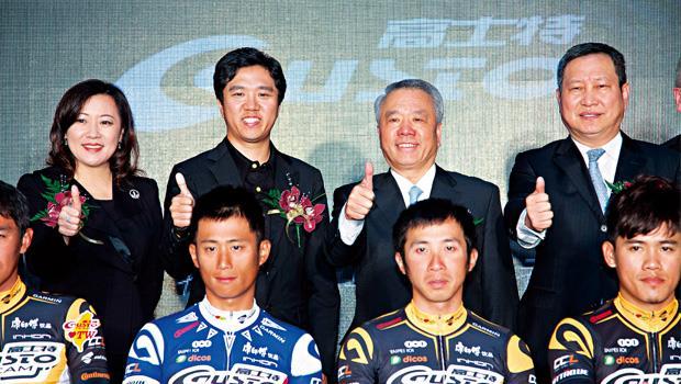在兒子成立職業自行車隊的記者會上,魏應州(後排右2)不只在台下坐足30 分鐘,上台也只合影、不致詞,把舞台全留給兒子魏宏帆(後排左2)。