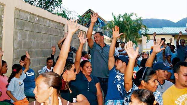 參與式預算近來風行各國,2011年連紐約也加入試行。圖為多明尼加有一群人,正在討論預算並進行投票。