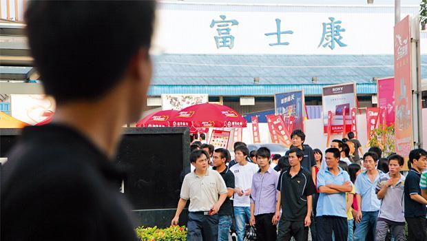 在中國擁有百萬員工的富士康董事長郭台銘,也曾因員工激烈的抗爭要求加薪,「寄人籬下」的郭台銘,也不得不妥協。
