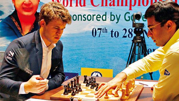 棋王卡爾森(左)在場上表情專注、漠然,100個小時的節目下來幾乎與定格無異。
