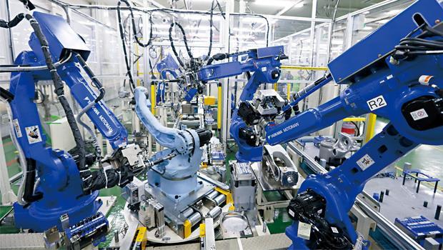 隔著玻璃窗,被我們盯著看的機器人不會彆扭、動作也不遲疑。沒有人聲的現場,單月出貨量卻能到2,000台。