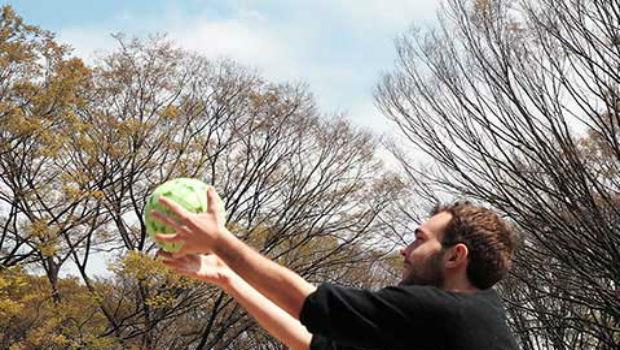 免帶高腳架!把「這顆球」拋到空中就可以拍出360度照片 - 商業周刊
