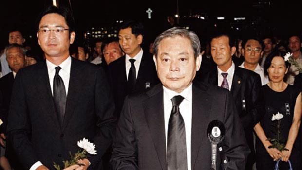 李健熙(右)可望轉出加護病房,但李在鎔(左)接班的警鐘。