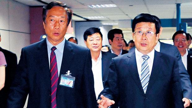 貴州省委書記趙克志(右)訪台,郭台銘(左)親自接機還宣布加碼投資貴州。