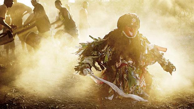 一位卡桑卡村民在陽光下跳著大舞。