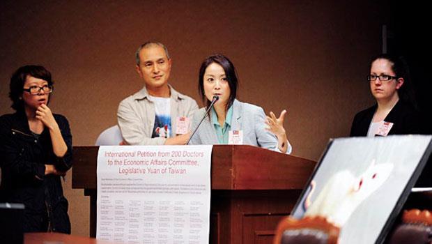 美國責任醫師協會生醫研究員柯文娜博士( 右1)、賴美君博士( 右2),跨海相助,成功擋下不必要的鼬獾狂犬病病毒動物試驗。