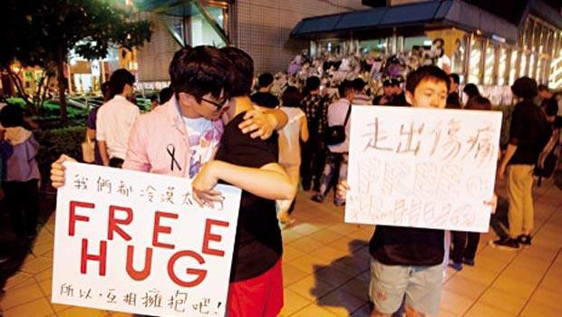 許多民眾在捷運殺人案後第三天到江子翠站前,以「擁抱活動」破解社會的冷漠。