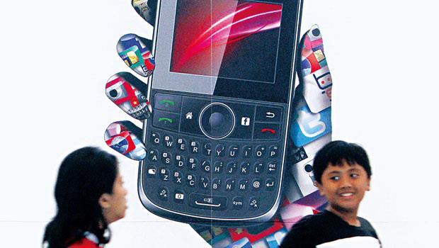 在新興國家,智慧型手機是金融業賣商品的管道。