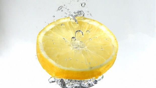 在台上簡報的時候,為什麼喝檸檬水比喝白開水好?