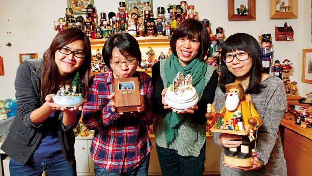 店主人陳億青(右2)手中音樂盒,是10年前德國帶回的限量品,她也因此做起全台唯一手工音樂盒生意。