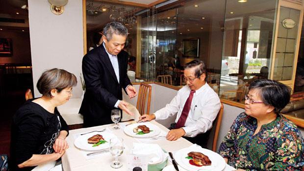 雅室牛排副總賴鴻昌(左2)會記住熟客用餐習慣,第一金控前董事長張兆順(右2)常與親友一起來用餐。