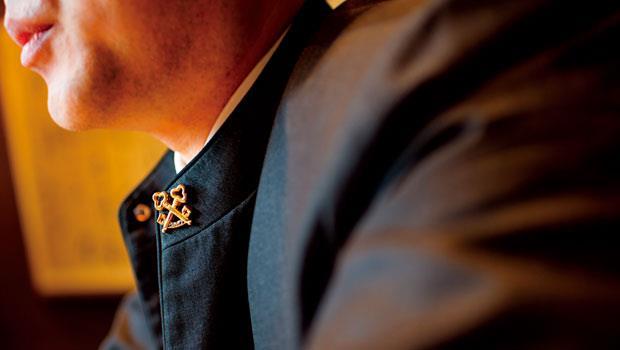 「金鑰匙」是飯店優質服務的保證。圖為遠東飯店服務中心經理鍾小淋。