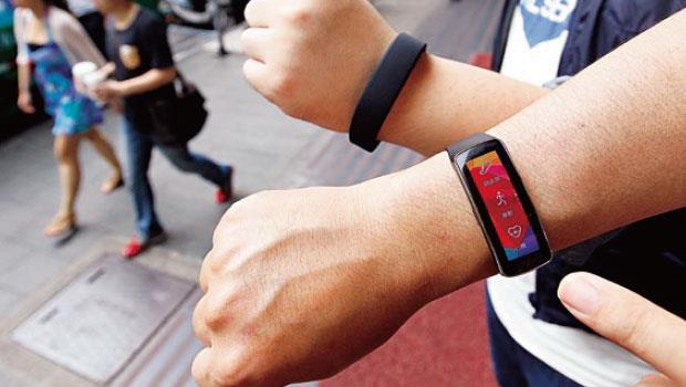 目前穿戴裝置大多主打健康管理或生活記錄功能,須與智慧型手機連動使用。