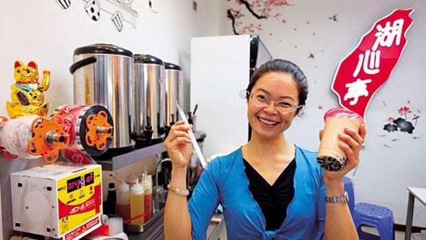 陳翠娟跨海賣珍奶,兩年下來,不止生意回本,還投資了酒店公寓,她希望兒子未來接手,不要在台灣領22K。