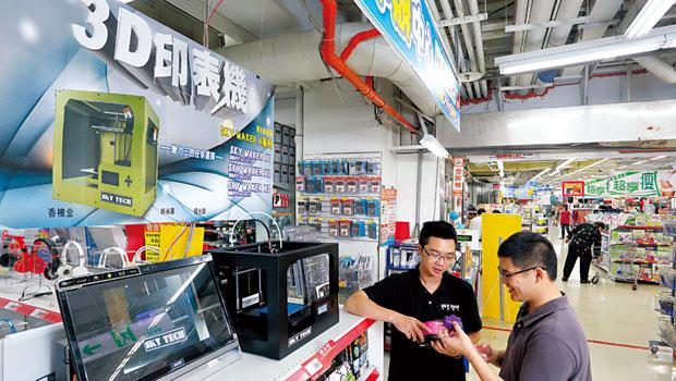 大賣場一天分兩次展示,一次3至5小時,為原本買氣低靡的3C區帶來人氣。