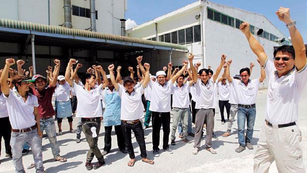 凱撒衛浴越南廠5月19日全面復工,在廠房前,副總經理陳威志(右1)帶領員工喊口號提振士氣。