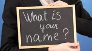 想不起別人名字,別直接問「What's your name?」