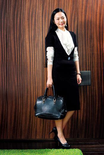 高雅風社交穿搭,簡單剪裁放大衣服質感。