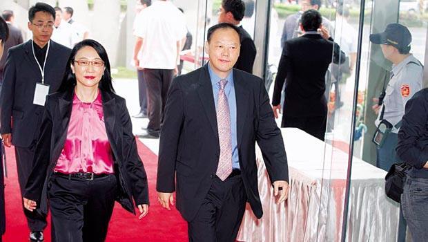 王雪紅( 左) 與周永明( 右) 各有專攻,要讓宏達電重回前十大品牌。