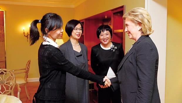 初見面握手寒暄,接下來的20分鐘是希拉蕊首次接受台灣媒體獨家專訪,當時我們沒想到,她是有備而來,這將是美國歷來最高層政治人士,對兩岸最破天荒的直白評論。