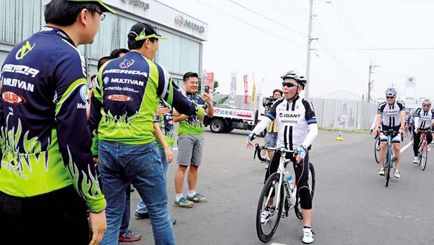 中部自行車聚落「喔!你也來了!」標哥(中)見到美利達副總原其彬(左2)率隊為自己打氣,破例停下車對他們致意。
