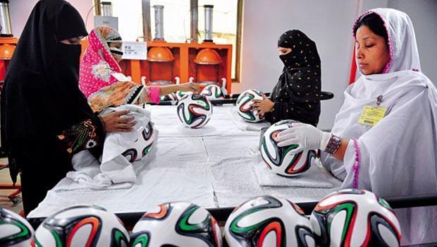 錫亞爾科特工廠裡的女工,正一針一線縫製本屆世界盃指定用球「巴西榮耀」。