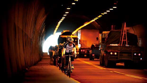 120分貝的警戒,北濱公路隧道內,砂石車刺耳喇叭聲,把車隊逼到僅10公分寬的路肩白線,反而騎得更專注。高度危機感,是不斷前進的動力。