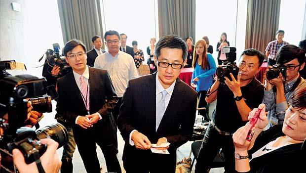 趙文嘉第一次主持記者會,一一與媒體交換名片,他說未來不會碰政府案子。