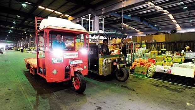電動蔬果運輸車(左)比起傳統柴油車(右)雖然環保,但受限法規,只能在西螺當地趴趴走。