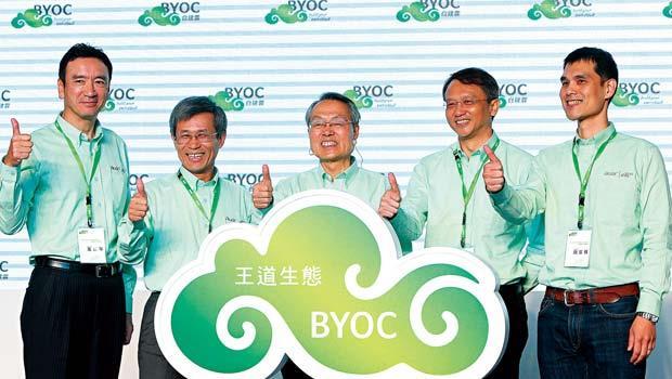 施振榮(中)要帶宏碁轉型雲端服務,除了倚靠陳俊聖(右二)的行銷長才,也把兒子施宣輝(右一)帶上第一線。