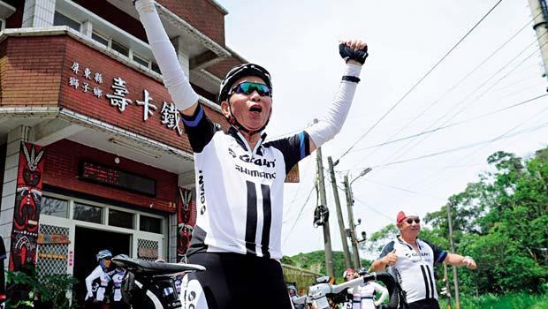 環島單車族必征之路壽卡 「我成功了!」攻上南迴公路最高點壽卡,標哥興奮的振臂高呼,證明自己體力越來越好。