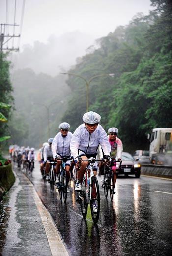 省道台三線龍潭高原 行經大溪往新竹必經的好漢坡,雨勢漸大,原本出發前因雨憂心的劉金標(前1),踩下踏板後,變得豁達。