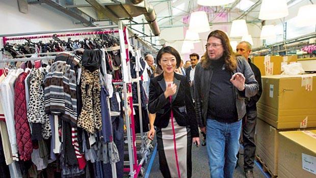 精品閃購網站VP創辦人格蘭宏(右)的銷售策略迎合庫存,讓精品商頭疼,卻是看準其不願賤售的微妙心理。