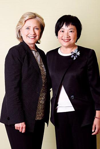 商周集團執行長王文靜(右)當面邀希拉蕊訪台,她說「我希望可以」。